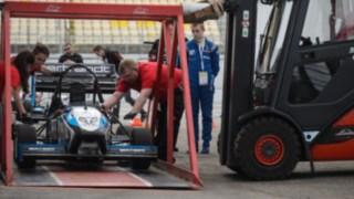 Linde Mietstapler hebt race car mit besonderer Vorrichtung