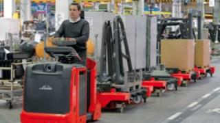 Linde Logistikzüge in einer Halle