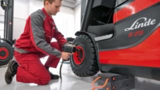 Reifenwechsel an einem Linde Gabelstapler